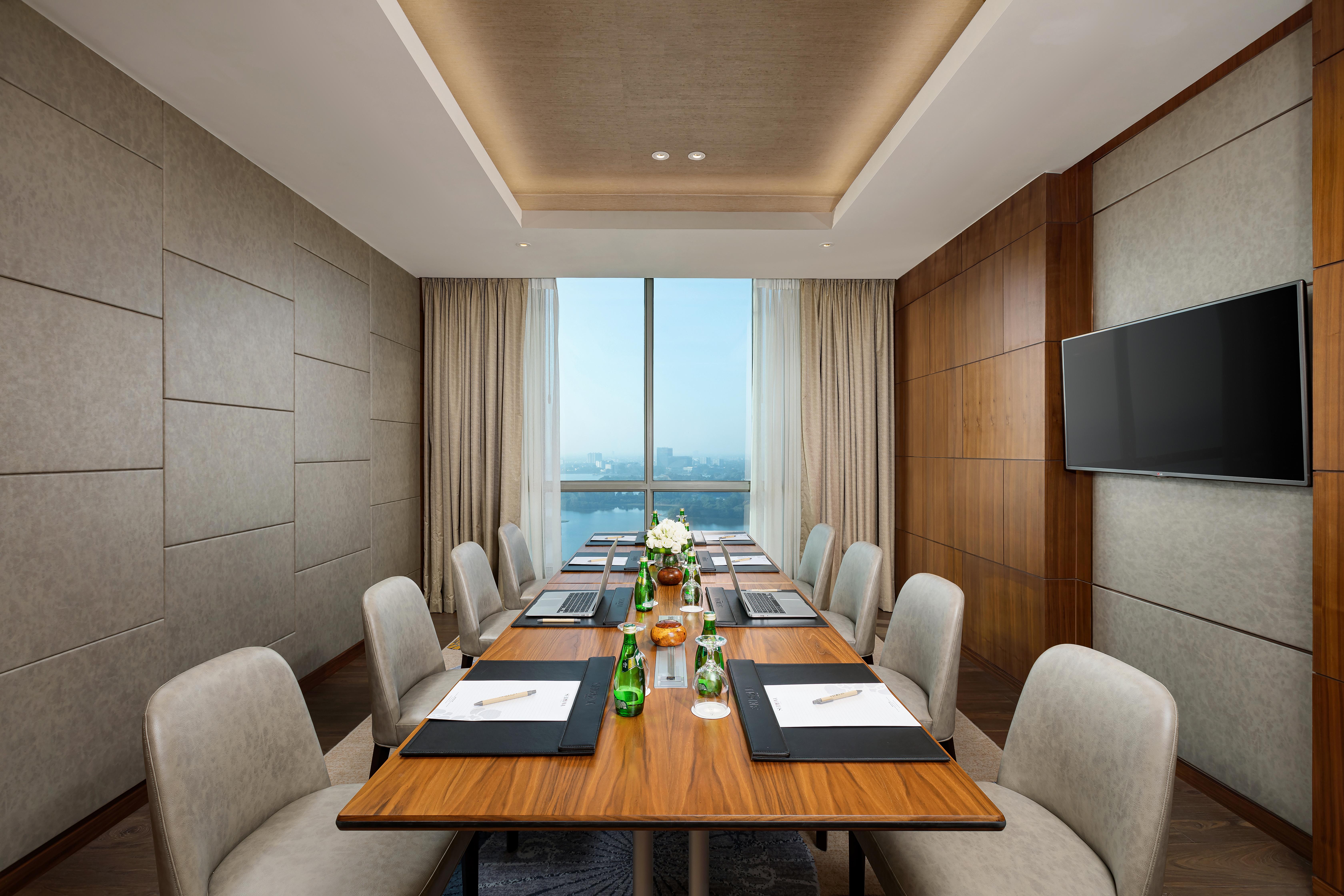 Presidential-Suite-Meeting-room